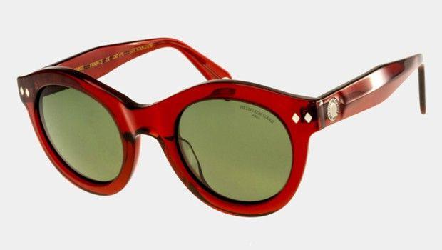 La marque conçoit en interne les lignes mode et maroquinerie et a concédé des licences pour les lunettes, le parfum, les bagages….
