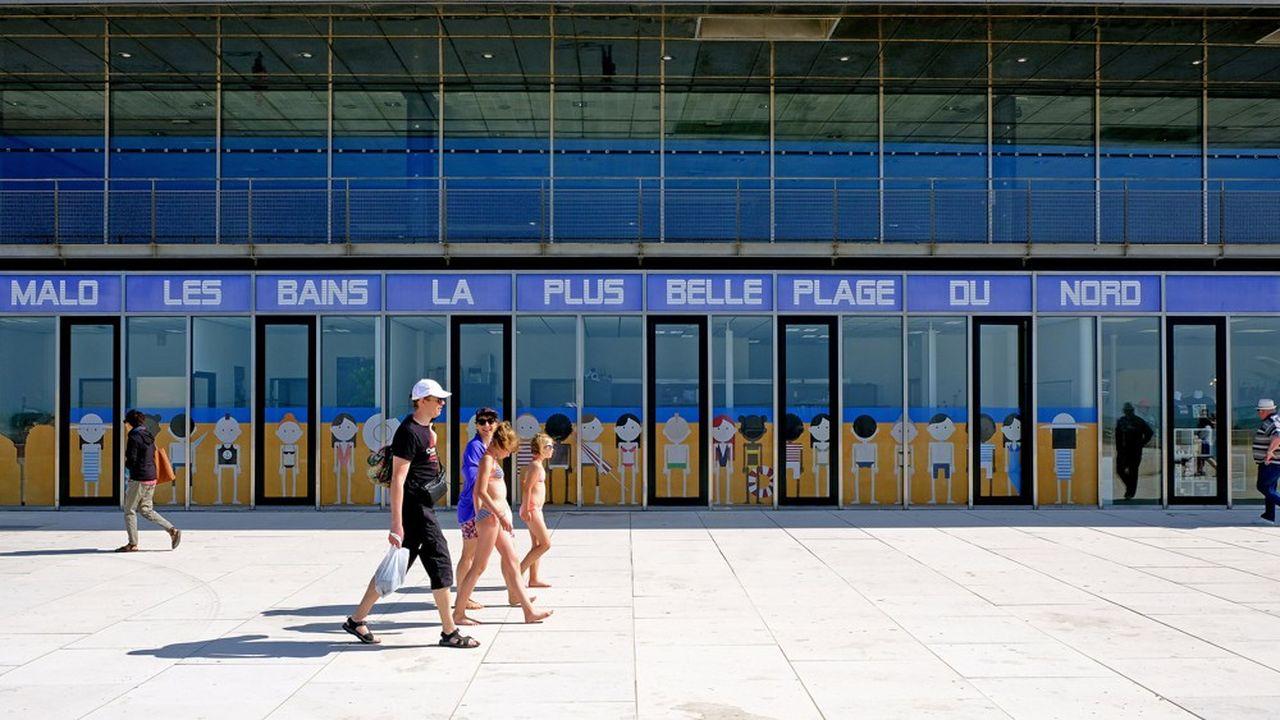 Le début de la saison a été particulièrement favorable au littoral du nord de la France. Airbnb indique notamment que le nombre de voyageurs a été multiplié par près de cinq à Berck, Boulogne-sur-Mer, Cucq, et Fort-Mahon Plage, en juin-juillet par rapport à la même période de 2018.