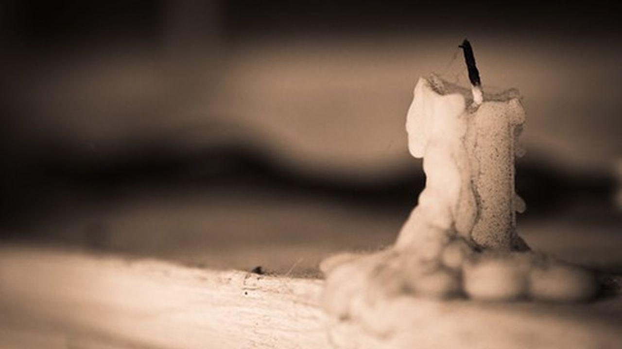Cette bougie est souvent identifiée par les algorithmes d'intelligence artificielle comme un ongle, parce que les ongles apparaissent souvent dans les photographies avec du bois autour.