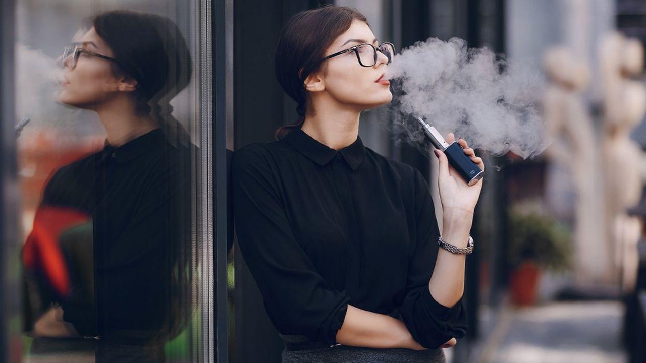 Nickel, plomb, nicotine: pour l'OMS, la fumée des cigarettes électroniques est loin d'être inoffensive.