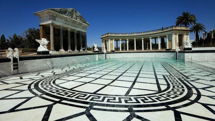 A l'extérieur,une piscine de 32 mètres de long (la piscine de Neptune), 51 hectares de jardin, plusieurs courts de tennis et le plus grand zoo privé du monde