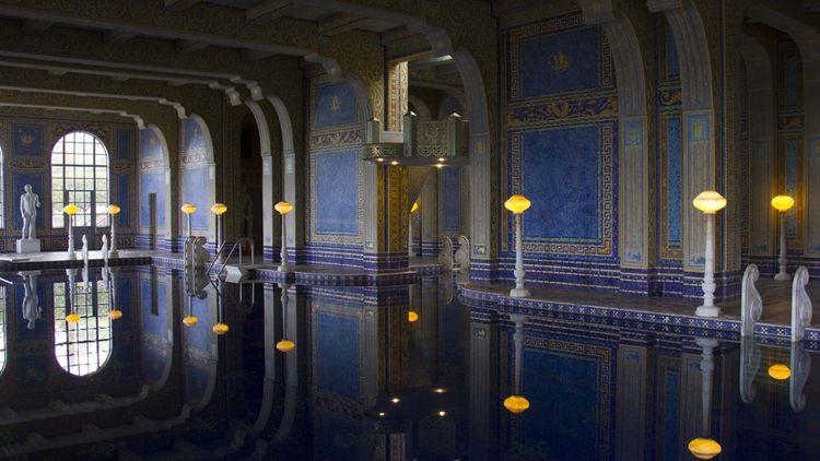 Une piscine intérieure de 25 mètres de long, construite en tuiles de verre de Murano.
