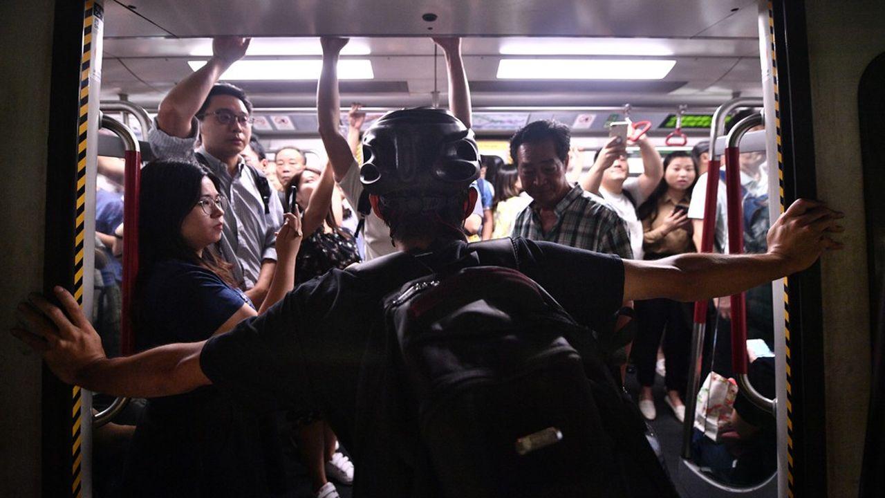 Des militants sont descendus dans des stations de métro à l'heure de pointe et ont maintenu délibérément les portes de wagons ouvertes pour empêcher les rames de partir.