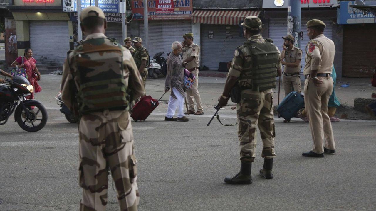 L'inde a renforcé un dispositif militaire déjà important au Cachemire indien, en y déployant 80.000 paramilitaires supplémentaires depuis dix jours.