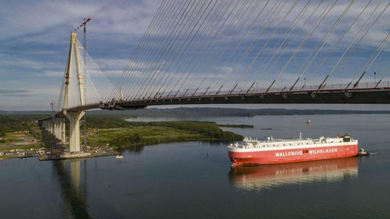 Les ponts à haubans sont ceux maintenus par des câbles en traction. Cette technique de support permet des portées importantes sans pylônes.