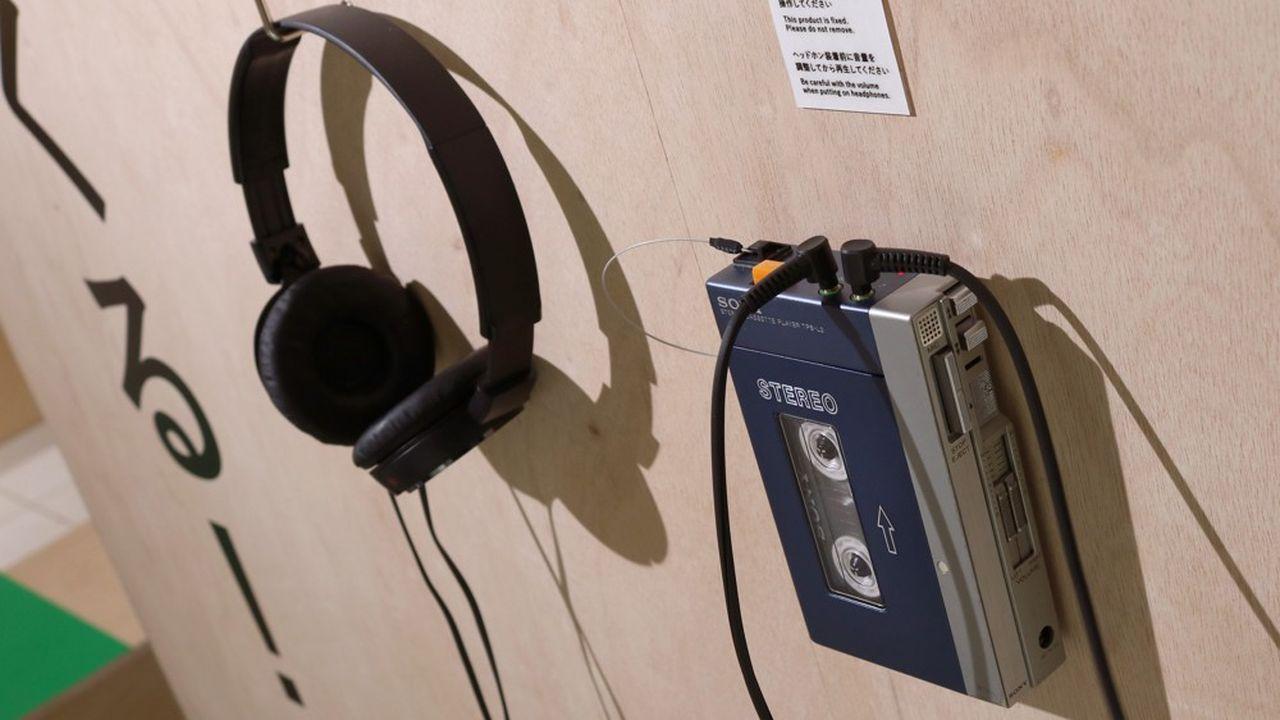 Avec la sortie le 1er juillet 1979 de l'iconique modèle bleu et argenté TPS-L2, Sony n'a pas seulement inventé un produit mais toute une manière de consommer le son.