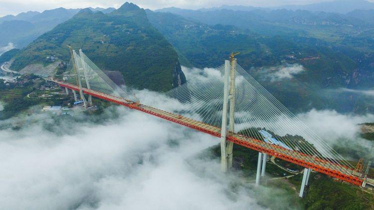 Long de 1.341 mètres, le pont routier Beipanjiang, dans la région montagneuse du Guizhou, a battu à son ouverture en décembre 2016 le record mondial de hauteur en culminant à 565 mètres au-dessus d'une rivière située dans une gorge entre deux montagnes.