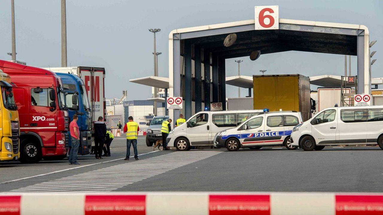 Le rétablissement des contrôles de marchandises aux frontières serait un gros défi pour le port de Calais, où l'on craint l'engorgement.