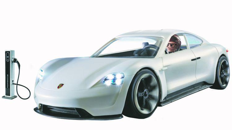 Parmi les produits déclinés du film figure l'agent secret Rex Dasher au volant de sa Porsche Mission E.