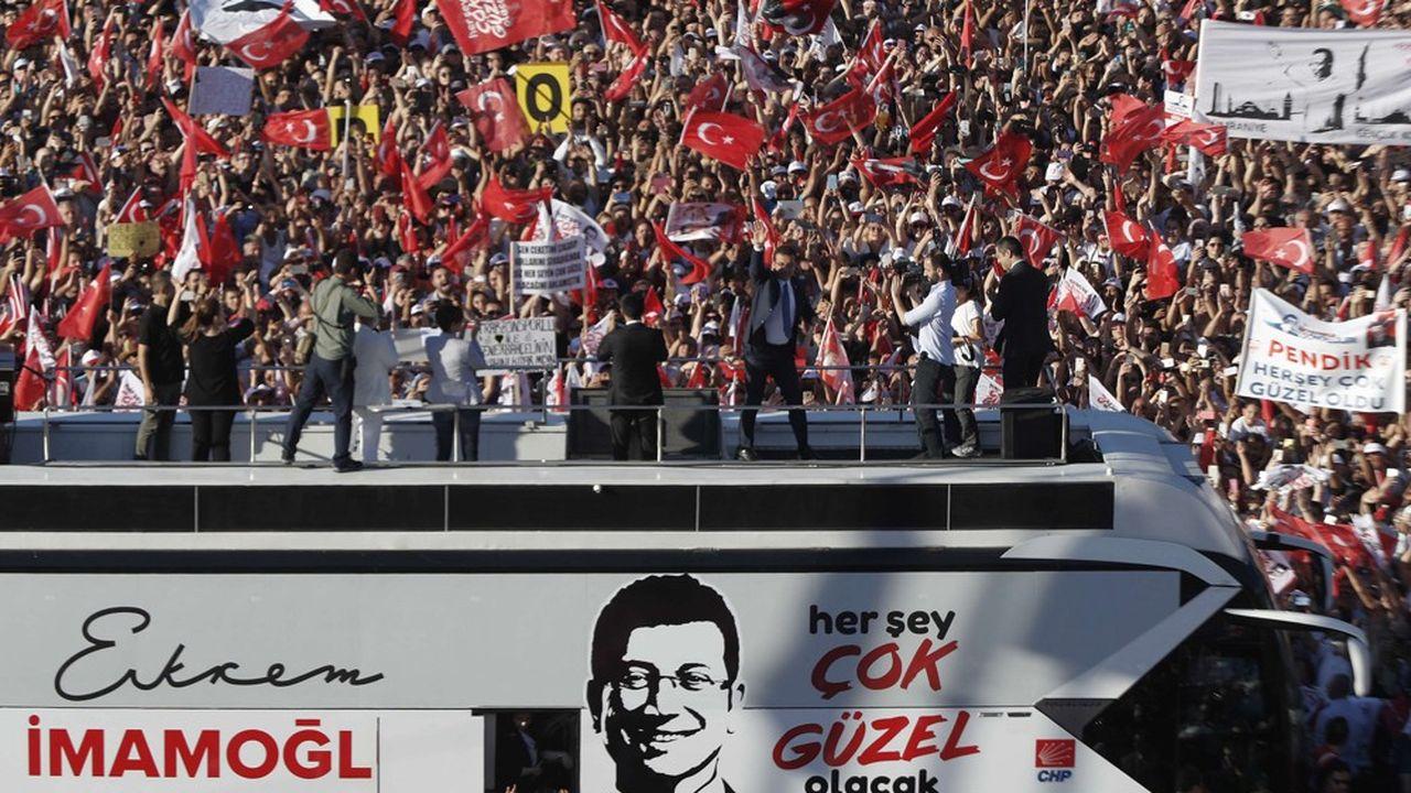 Le nouveau maire d'Istanbul, Ekrem Imamoglu, parade dans la ville après son élection aux municipales de juin.