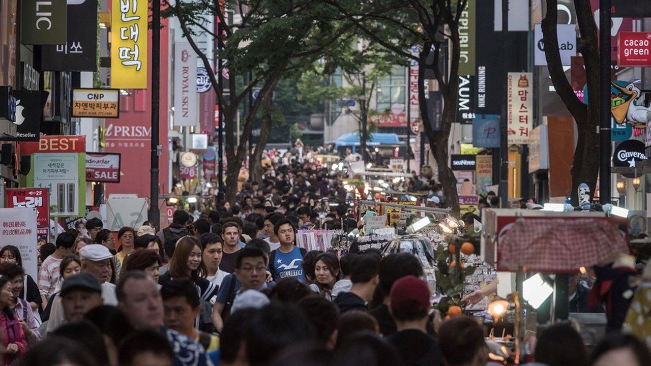 Le quartier Myeongdong est devenu, depuis la fin des années2000, une étape incontournable pour les Asiatiques visitant la Corée du Sud.