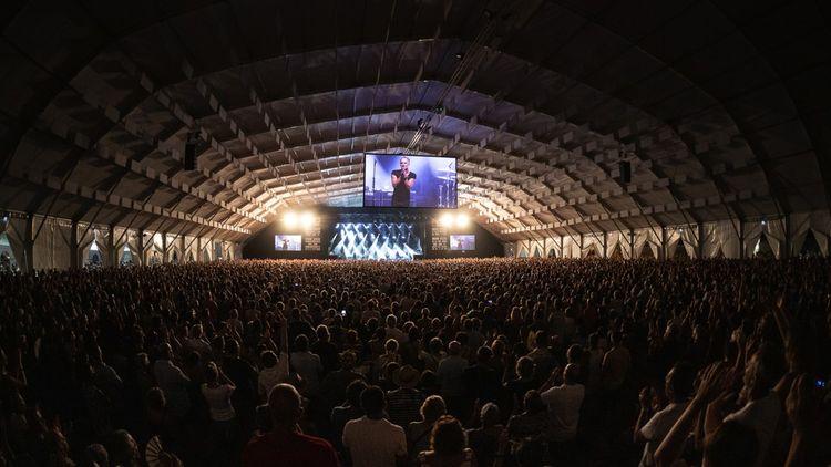 Le chapiteau a accueilli 11.000 fans debout pour Sting à l'ouverture du festival