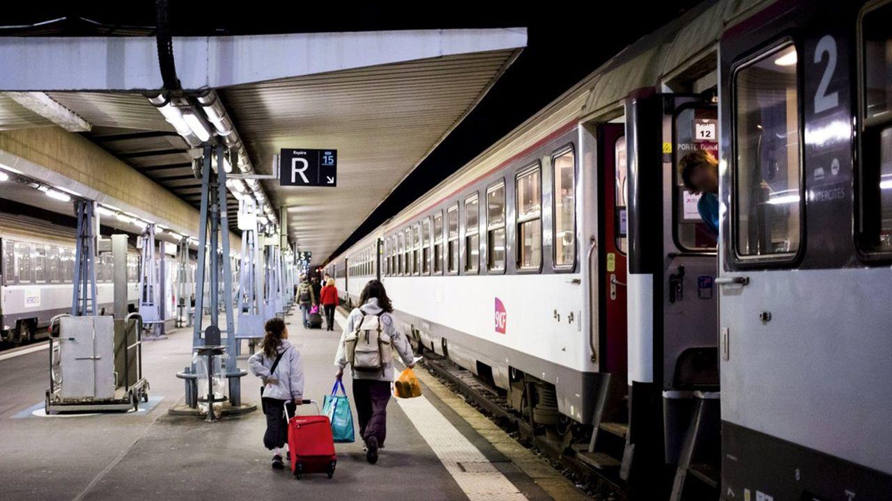 Depuis la gare SNCF de Paris-Austerliz, un intercité de nuit relie Toulouse en huit heures environ.