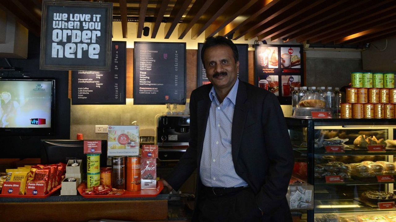 VG Siddhartha avait fondé la chaîne indienne Café Coffee Day en 1996. Le 8octobre 2015, il posait pour des photographes dans l'une de ses enseignes d'Ahmedabad à l'issue d'une conférence de presse.