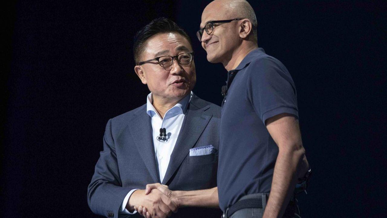 «Ce partenariat va bouleverser la façon dont nous gérons nos appareils au quotidien», a déclaré le PDG de Microsoft, Satya Nadella (droite), présent sur scène aux côtés de DJ Koh, patron de Samsung Electronics.