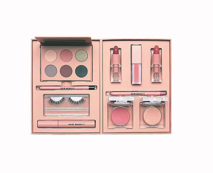 La marque de maquillage KKW Beauty de Kim Kardashian West a généré en 2018 des ventes de plus de 100millions de dollars, selon Forbes.