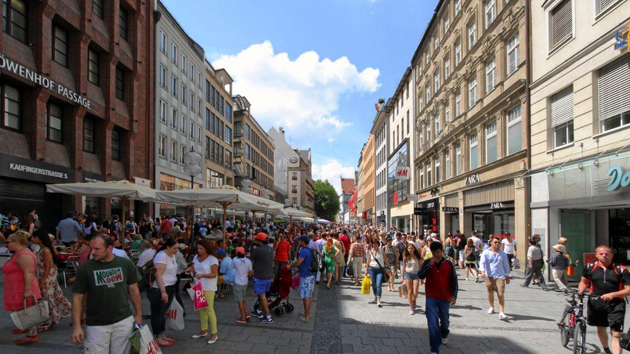 Située en plein coeur du centre historique de Munich, la rue Kaufinger, piétonnisée en 1972, peut compter plus de 16.000 passants par heure.