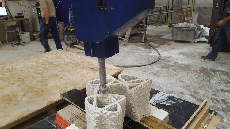 Dans l'usine de la société d'impression 3D en béton XTreeE, à Rungis, un robot dépose en passes successives une couche de béton