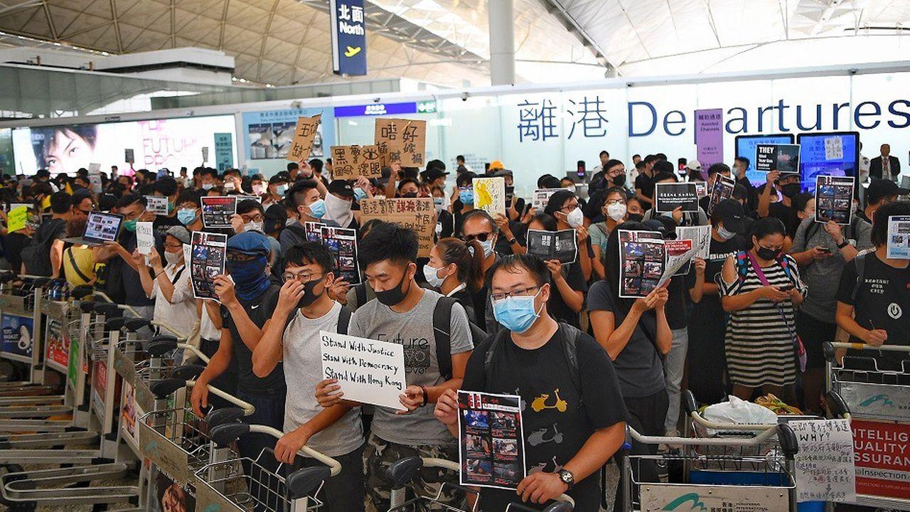 Les manifestants se sont rassemblés dans le hall des départs de l'aéroport de Hong Kong ce mardi.