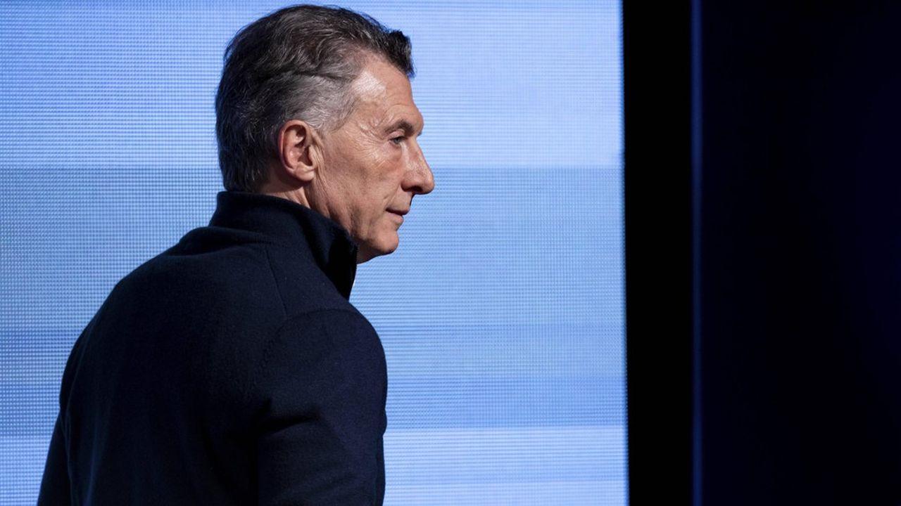 L'actuel président Mauricio Macri quitte la conférence de presse qu'il a donnée à la suite des primaires