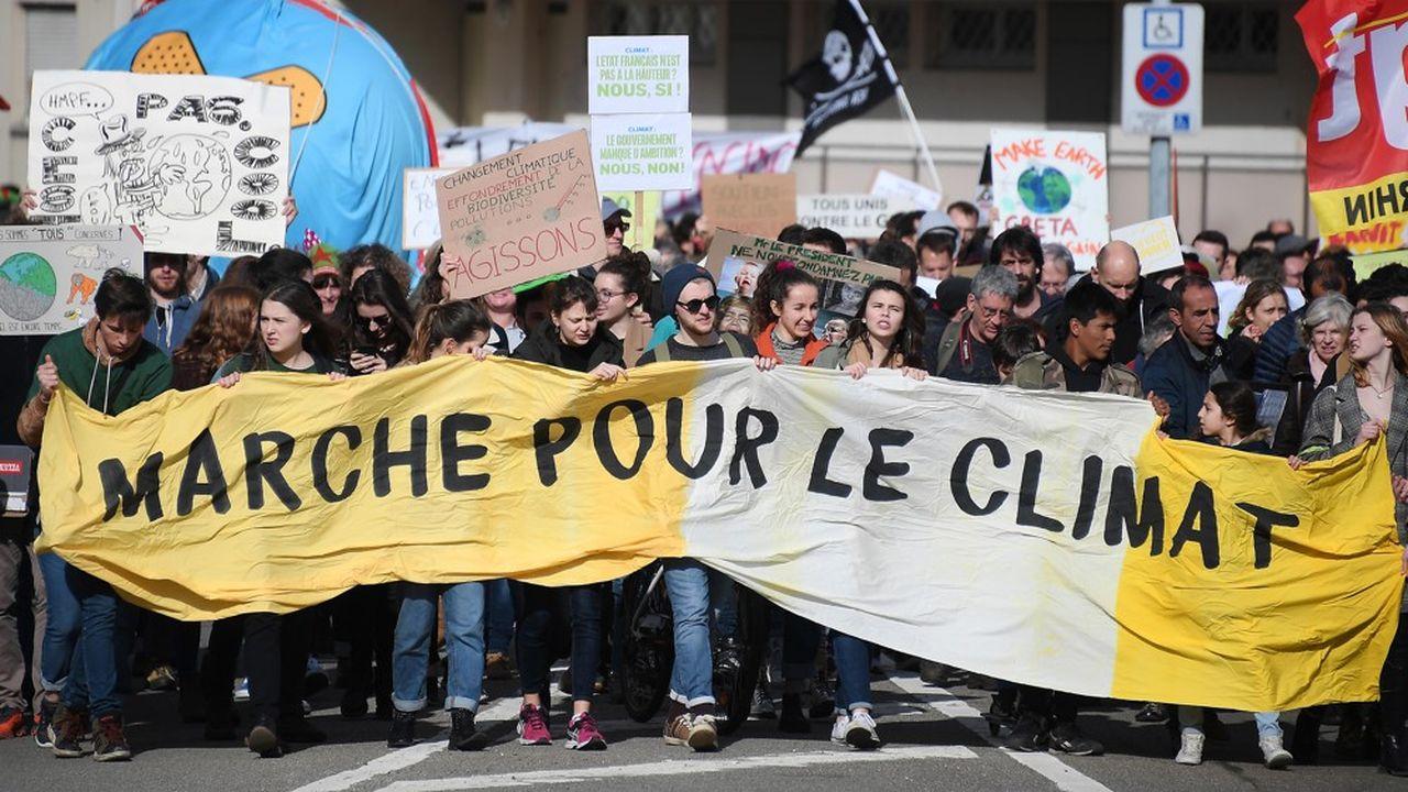 Entre les jeunes et une partie de l'opinion, qui attendent qu'il s'engage résolument dans la protection du climat, et les «gilets jaunes» qui redoutent un creusement des inégalités, l'exécutif cherche à se donner des marges manoeuvre pour relancer la transition énergétique. La convention citoyenne sur le climat peut lui permettre d'en retrouver.