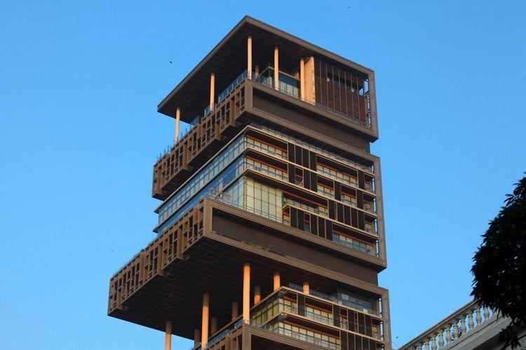 Un édifice extravagant de 27 étages qui culmine à 173 mètres de hauteur et dont le poids équivaut à un immeuble de 60 étages