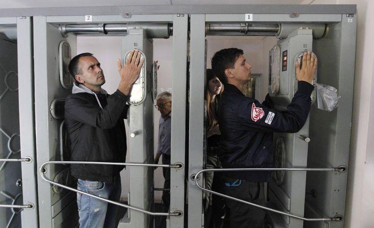 Les autorités vérifient la radioactivité des touristes à l'entrée et à la sortie de la zone.