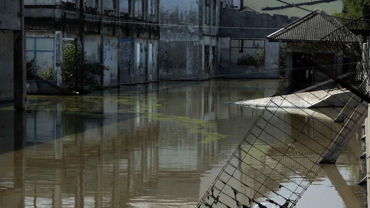 Certains quartiers du nord de Jakarta sont littéralement engloutis sous les eaux, alors qu'ils s'enfoncent jusqu'à 25 centimètres par an, quand la mer monte.