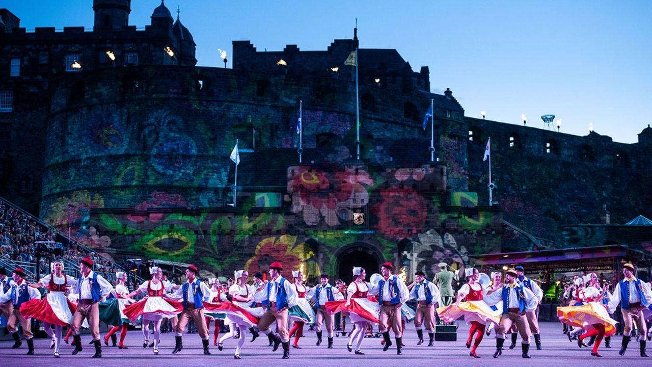 Le Military Tattoo Festival investit l'été l'esplanade du château où sont édifiés des gradins de 8.000places
