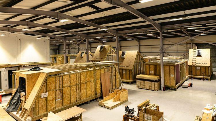Dans son usine de Southampton, Go Modular Technologies produit, pour cette opération, des logements sur-mesure composés chacun de deux modules de 7,5 à 10 tonnes dotés de la connectique et des canalisations nécessaires à l'eau et l'énergie. Il n'y a plus qu'à les raccorder.