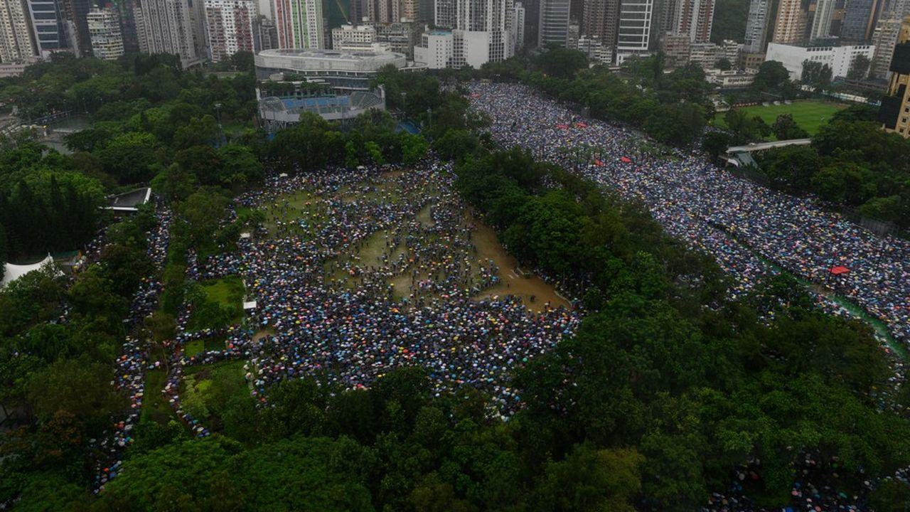 «Debout pour Hong Kong! Debout pour les libertés», scandaient ce dimanche des manifestants dans le Parc Victoria, au coeur de l'île de Hong Kong.