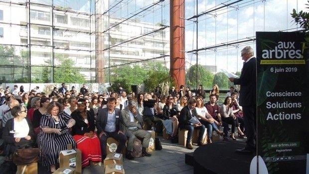 Nicolas Hulot au premier rang de la manifestation Aux Arbres, un événement axé sur la biodiversité.