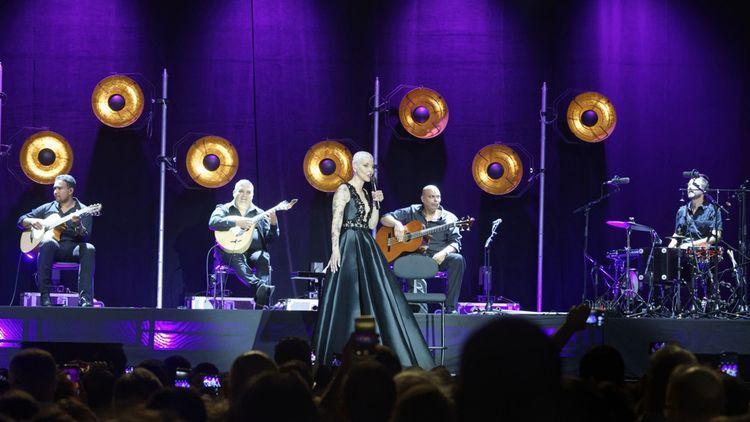La chanteuse portugaise de fado Mariza en concert devant l'Hotel de Ville de Paris. Le festival mélange les genres et les publics depuis l'origine