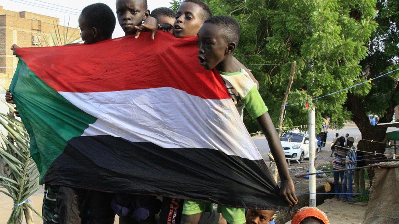 Des jeunes Soudanais ont partagé, dimanche, la liesse générale lors de la célébration de l'accord historique signé la veille par la contestation et les militaires sur la transition vers un pouvoir civil.