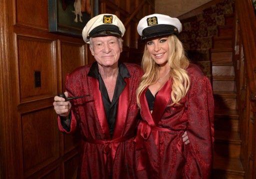 Hugh Hefner et Crystal Hefner en peignoirs rouges lors de la fête d'Halloween, fin octobre2015, dans le Manoir Playboy de Los Angeles.