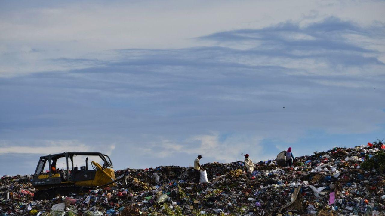 Après la Malaisie et les Philippines, l'Indonésie a annoncé fin juillet vouloir renvoyer 49 conteneurs d'ordures en Occident et est passée à l'acte concernant deux conteneurs renvoyés en France.