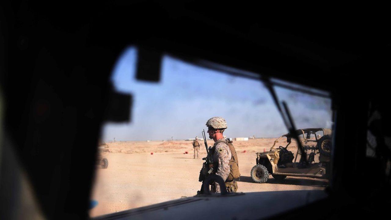 Un soldat américain surveille une zone où s'entraînent des recrues afghanes dans la province du Hemland.