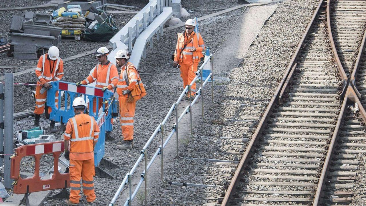 Le chantier à 61milliards d'euros de HS2, la ligne ferroviaire anglaise à grande vitesse, doit relier à partir de 2026 Londres à Birmingham vers le nord avant de se poursuivre vers Manchester et Leeds en2033. Mais le projet menace de dépasser en réalité de plusieurs dizaines de milliards son budget.