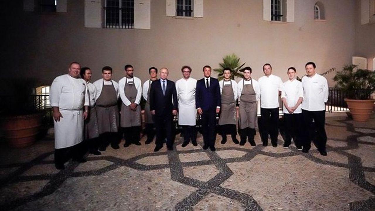 Emmanuel Macron et Vladimir Poutine ont posé avec le chef étoiléArnaud Donckele et son équipe à l'issue du dîner.