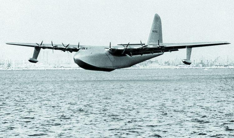 «Spruce Goose», l'«oie en épicéa», du nom du bois qui a servi à sa construction, lors de son «vol» du 2novembre 1947