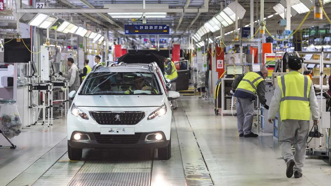 Le nombre de salariés français de Renault et de PSA baisse quasi continuellement depuis quinze ans.