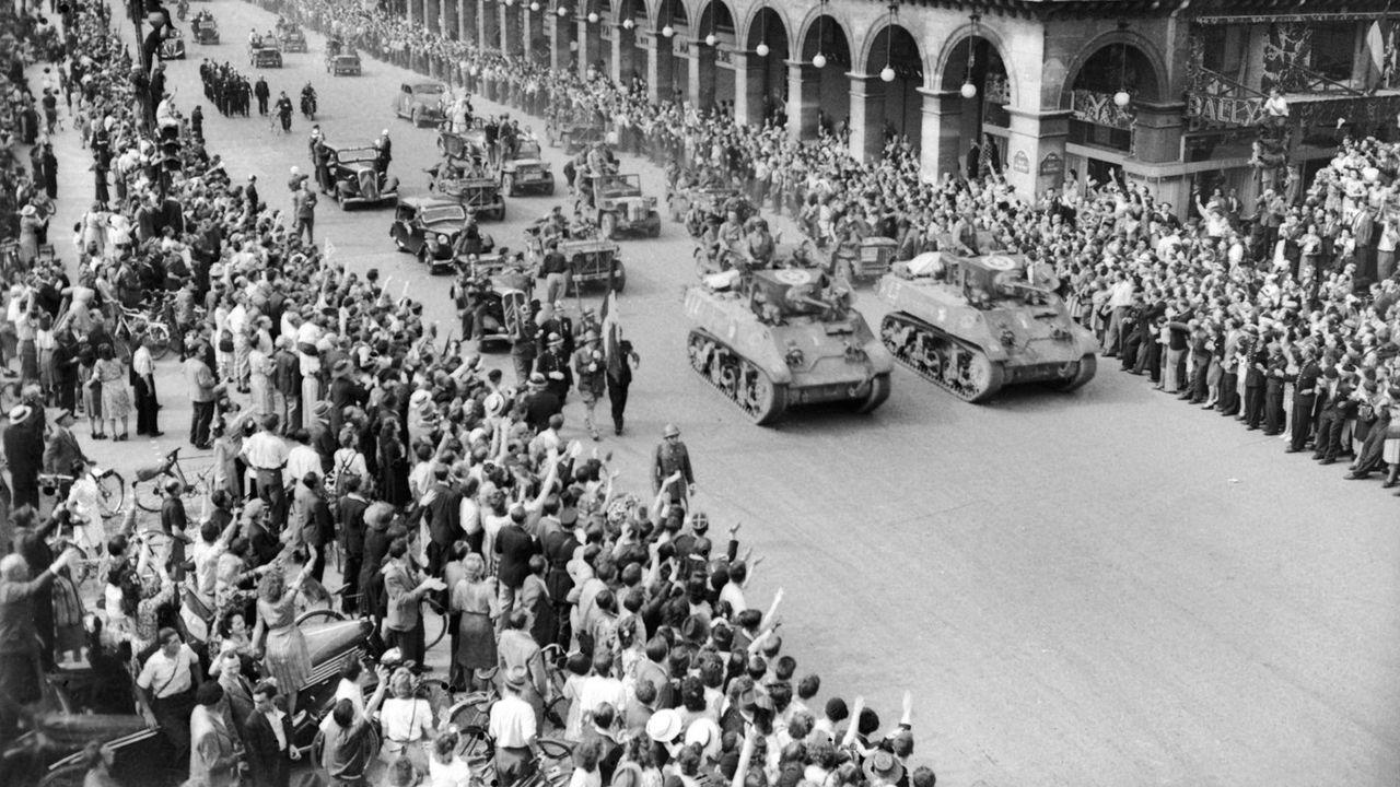 La foule accueille les membres des Forces françaises de l'intérieur (FFI) et des chars de la division Leclerc défilant le 26 août 1944 dans la rue Rivoli, au lendemain de la libération de Paris.