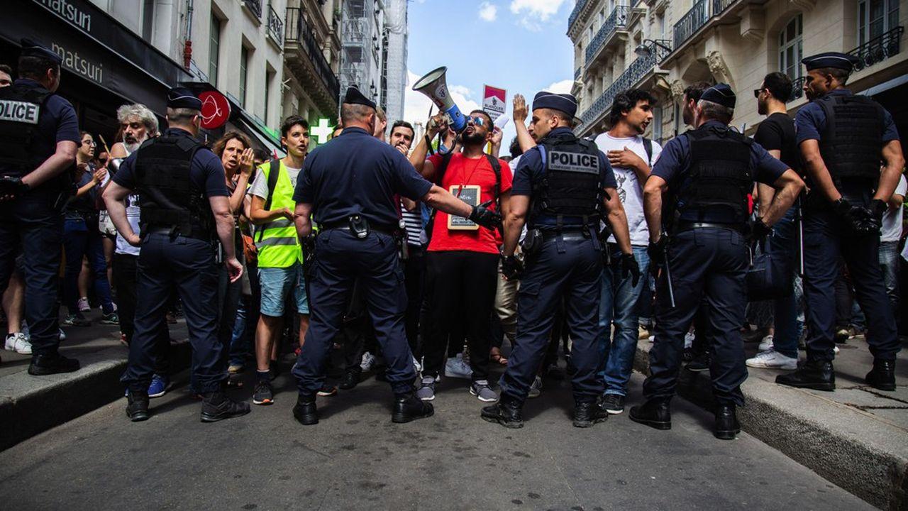 De fortes tensions ont eu lieu au moment des épreuves du bac. Sur la photo, le premier jour des épreuves, des enseignants en grève contre les réformes Blanquer tentent de se rendre au ministère.