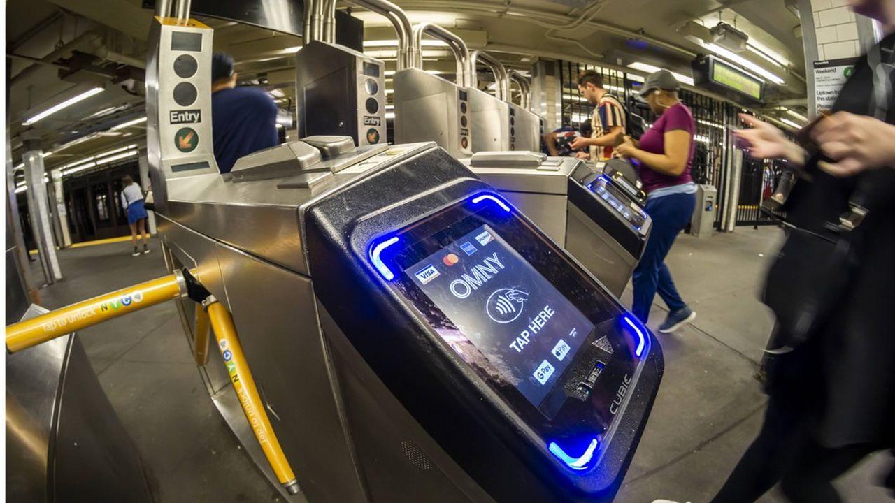 Depuis trois mois, le métro de New York expérimente aux tourniquets de trois lignes des bornes autorisant le paiement sans contact avec une carte bancaire ou un téléphone.