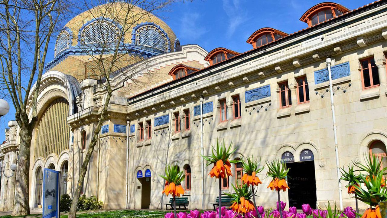 Outre les biens liés au thermalisme - sources, thermes, hôtels… -, le domaine thermal de Vichy comprend des éléments patrimoniaux parmi lesquels le Parc des Sources.