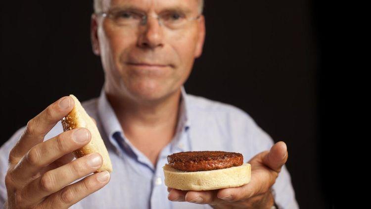 En 2013, Mike Post présente le premier hamburger de synthèse produit dans le monde à partir de cellules souches de vache