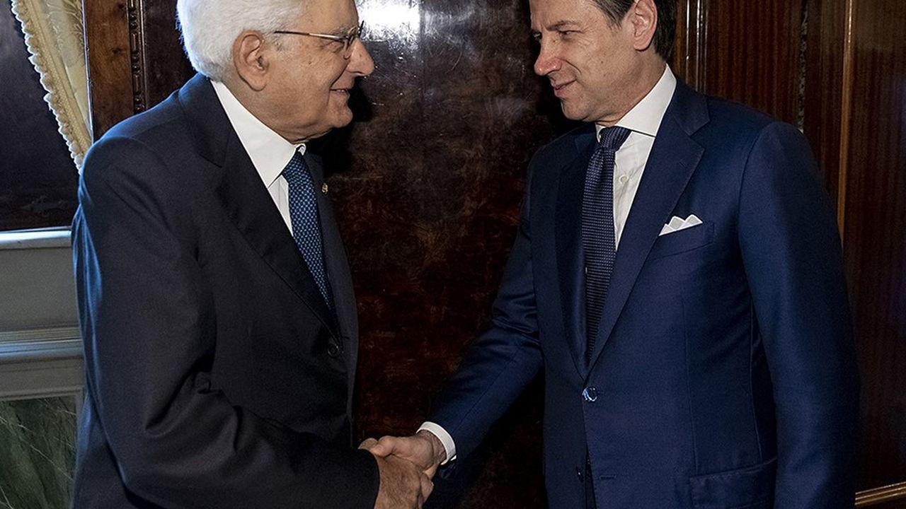 Le Premier ministre démissionnaire Giuseppe Conte salue le président italien, Sergio Mattarella, à l'issue de leur réunion où le chef de l'Etat lui a confié la tâche de former un nouveau gouvernement.
