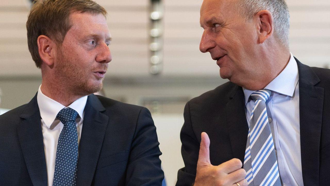 Le social-démocrate (SPD) Dietmar Woidke (à droite) et le chrétien-démocrate (CDU) Michael Kretschmer (à gauche) sont respectivement ministre président du Brandebourg et de la Saxe, deux régions où l'AfD promet de rebattre les cartes des coalitions gouvernementales actuelles.