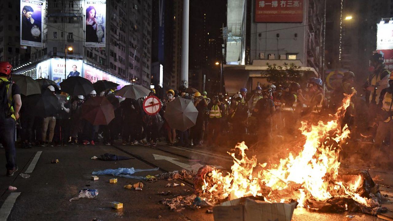 De nombreux affrontements entre manifestants et forces de l'ordre ont aussi émaillé les journées de samedi et de dimanche, les policiers allant jusqu'à poursuivre les manifestants dans les stations de métro.