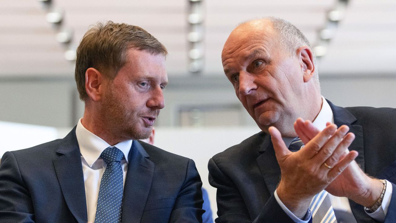 Le président chrétien-démocrate actuel, Michael Kretschmer (à g.), et son homologue social-démocrate pour le Brandebourg, Dietmar Woidke, ont réussi à se maintenir en tête des suffrages dans chacune de leurs régions